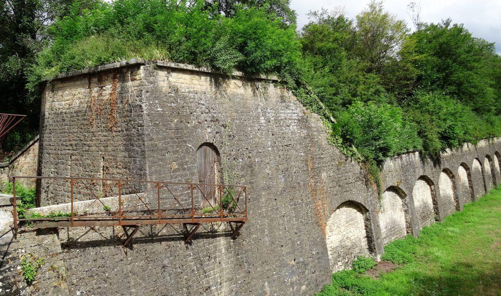 Le ravelin et le mur de contre escarpe (mur extérieur du fossé)