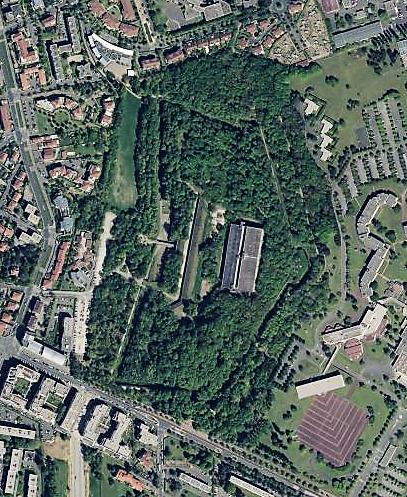 Le Fort de Bron de nos jours : la végétation est bien présente ainsi que les deux réservoirs d'eau (Source Geoportail.gouv.fr)