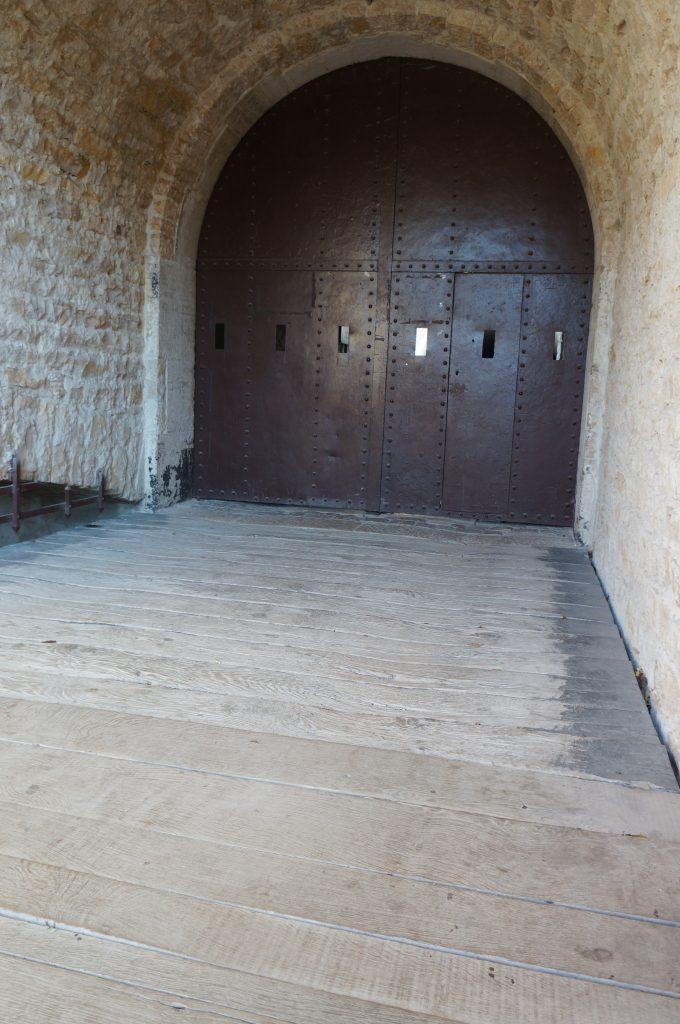 Le tablier du pont à effacement latéral sous le porche de l'entrée du Fort de Bron
