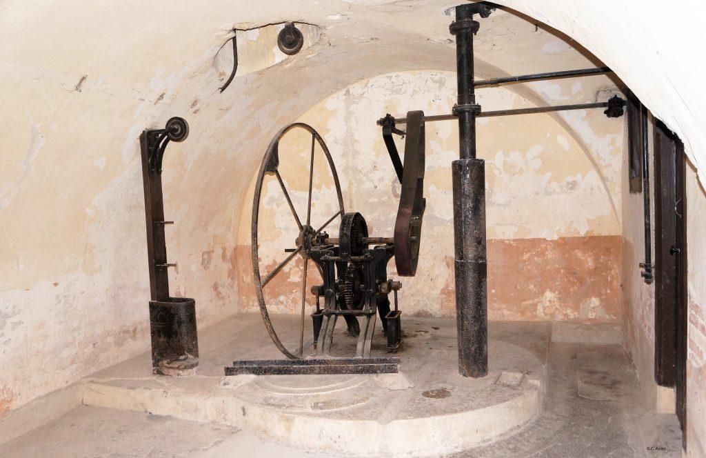 Le puits et sa pompe du Fort de Bron