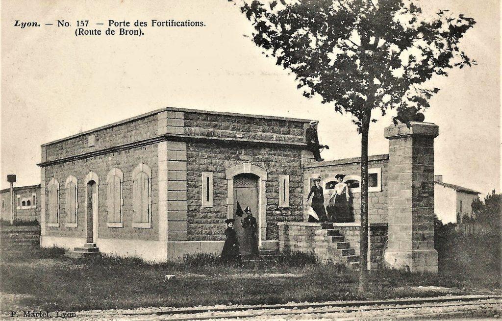 Porte de l'enceinte urbaine de 1884 entre Lyon et Bron.