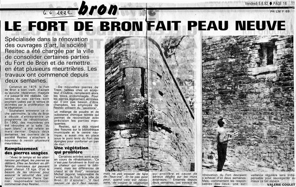 Réfection des meurtrières des murs avec des pierres de Trept au Fort de Bron en  juin 1992