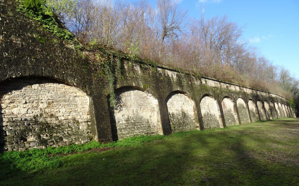 le mur de contrescarpe  avec des arceaux de décharge.