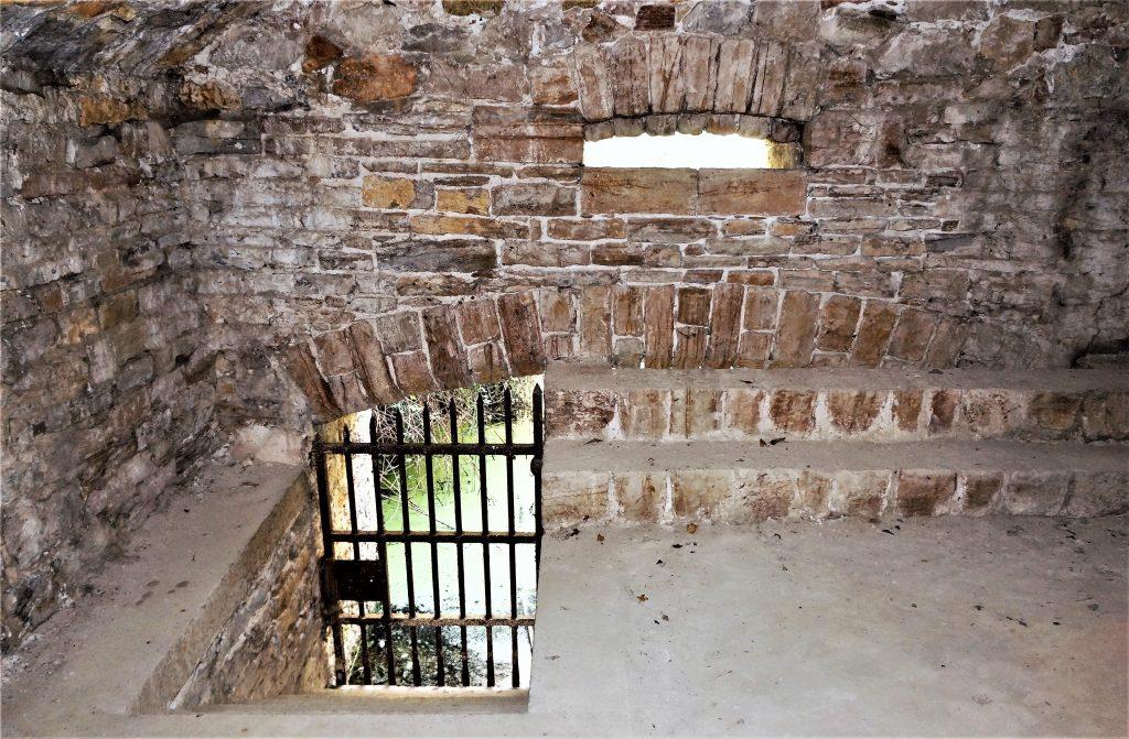 La porte située dans la caponnière permettant d'avoir accès au fossé diamant est visible en descendant quelques marches.