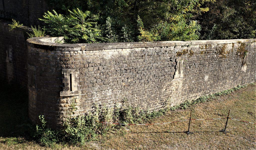 Mur d'escarpe vu des fossés du Fort de Bron.