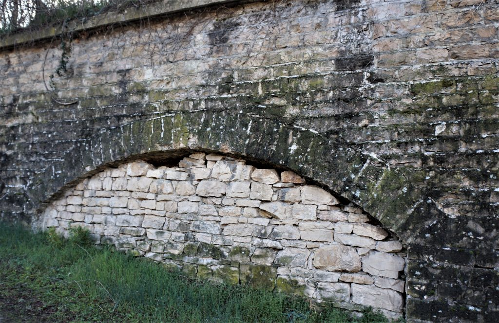 Le mur de masque du mur de contrescarpe est formée de pierres sèches.