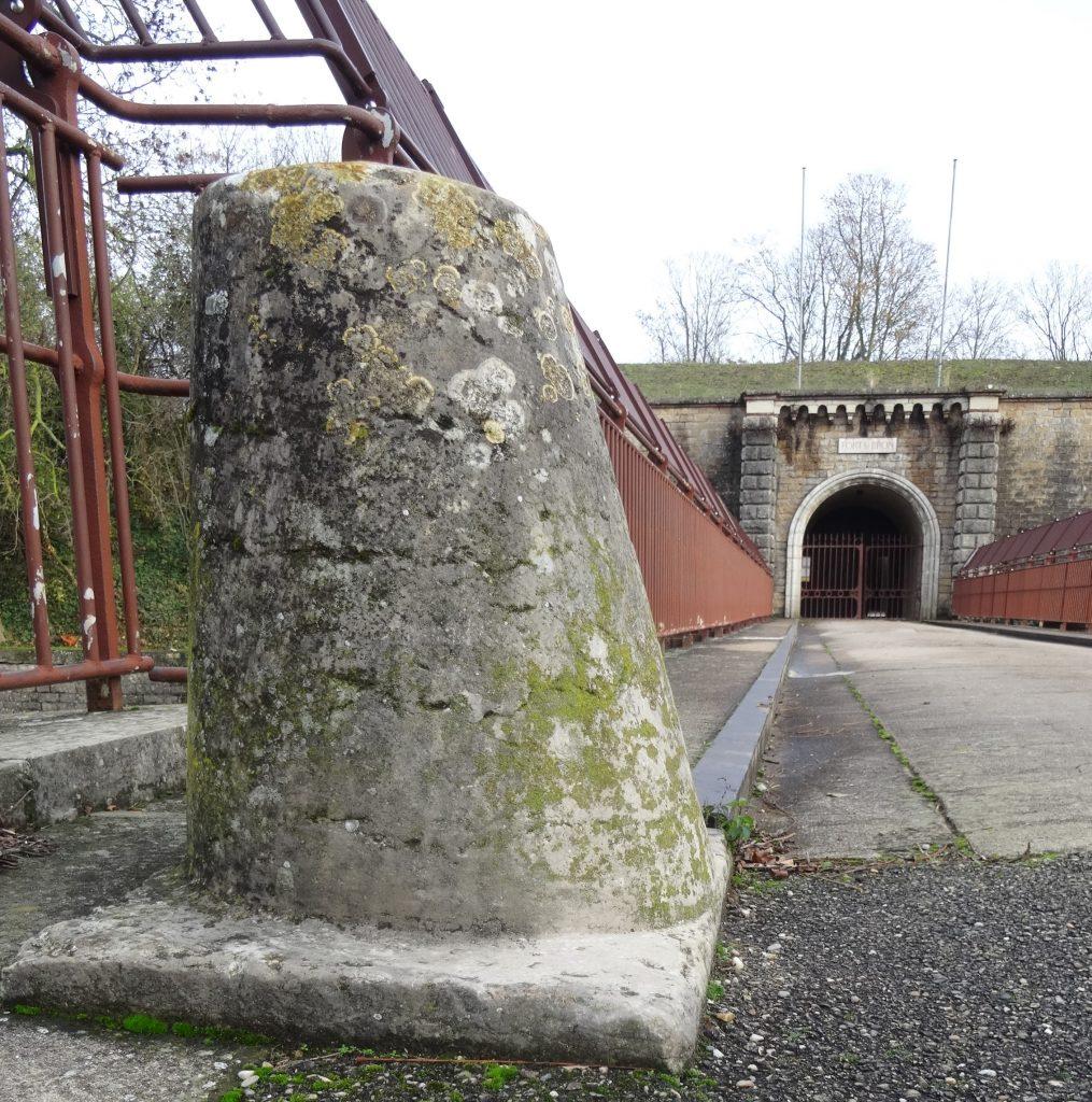 Au premier plan du pont dormant se trouve une borne. Elle permettait de limiter le passage des véhicules tractés.