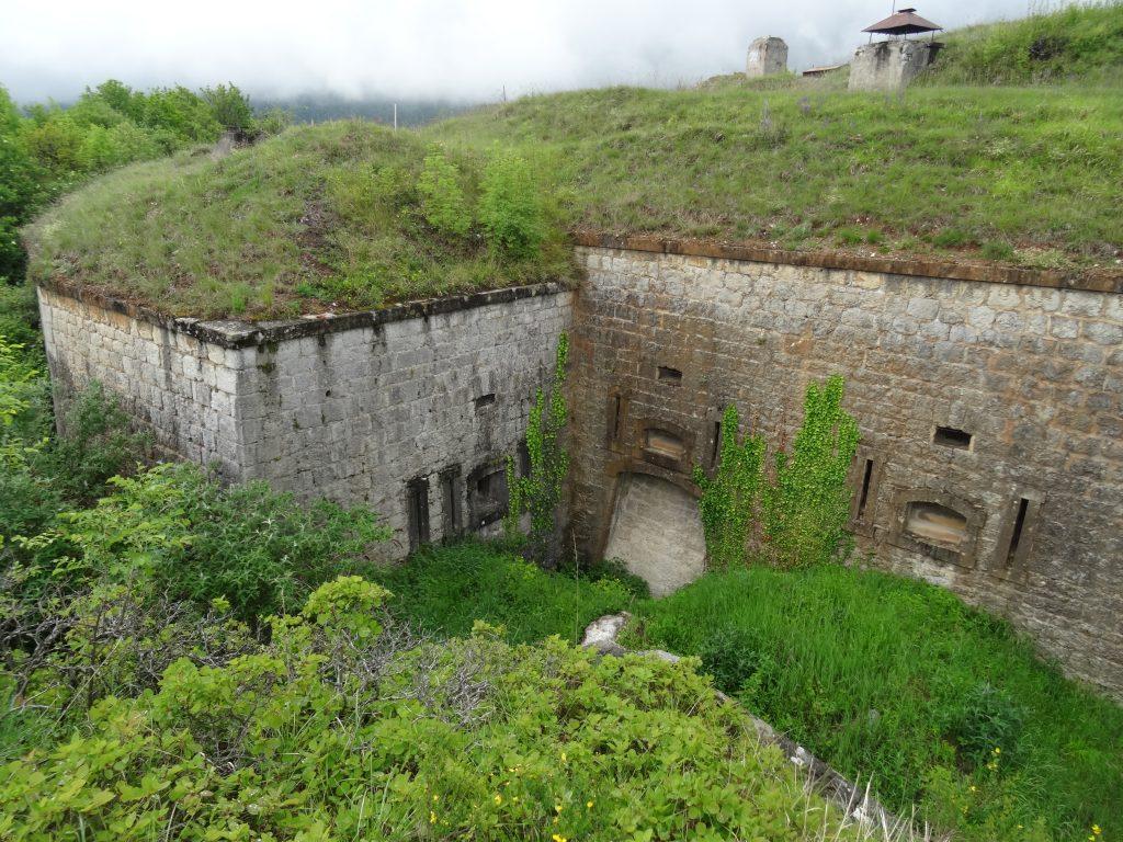La double caponnière du Fort de Comboire et le fossé de tête.