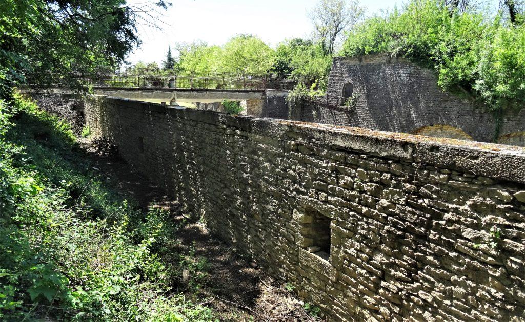 Chemin de ronde du Fort de Bron - ( le ravelin et le pont dormant visibles en arrière plan)