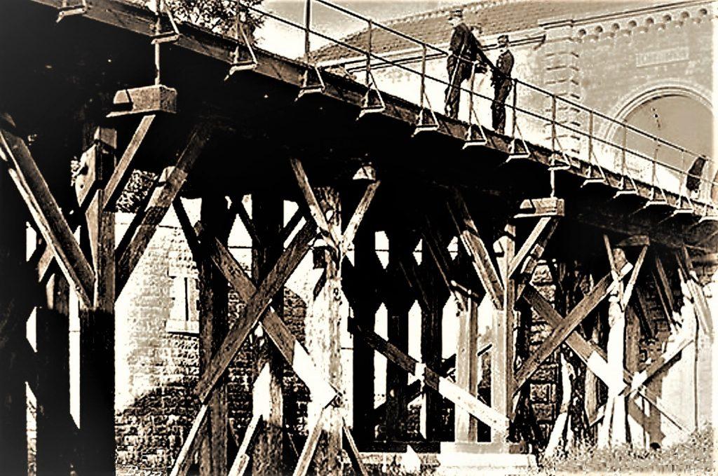 Pont dormant du Fort de Bron : piliers et charpente en bois