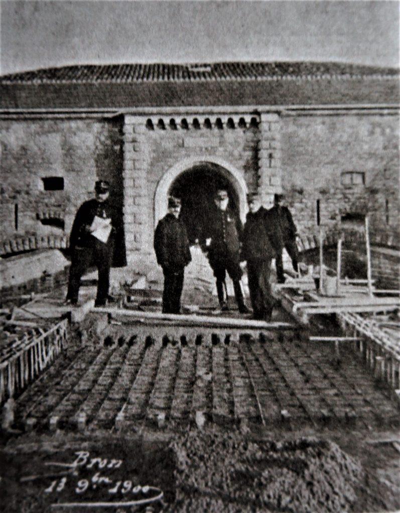 Au premier plan, des armatures sont posés sur le pont dormant du fort de Bron, un épandage de béton a été ensuite réalisée. cinq soldats posent sur la photo.
