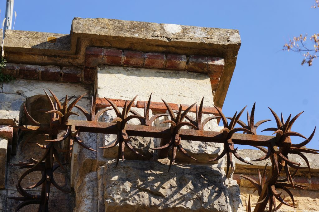 La ferronnerie enserre le pilastre du Fort de Bron,