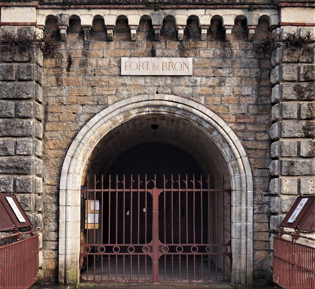 La baie de l'entrée du Fort de Bron est  encadrée par deux pilastres .