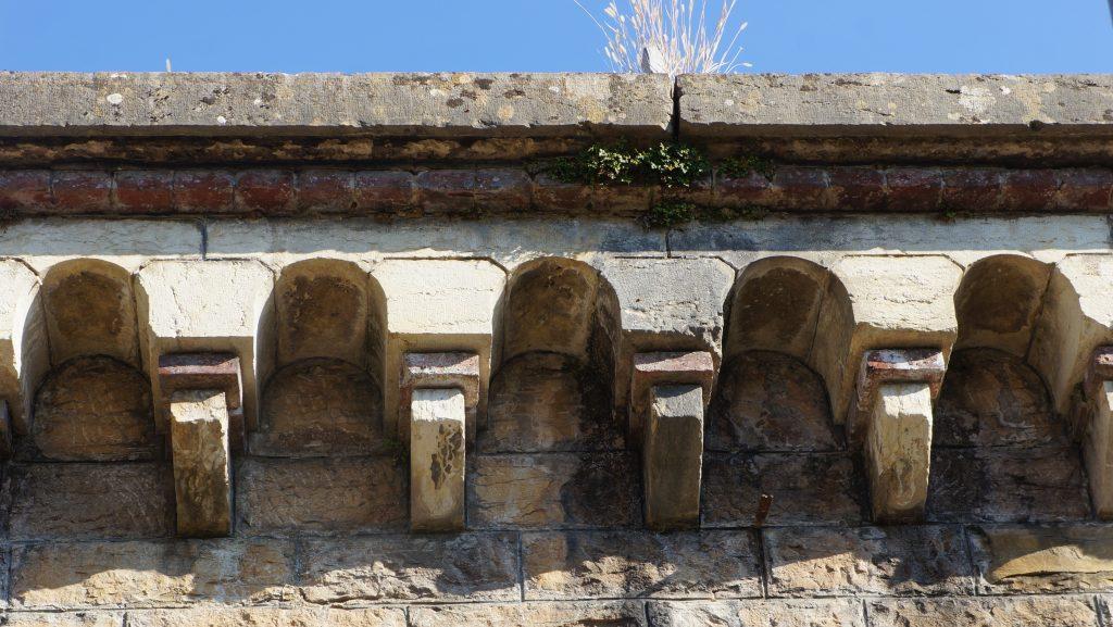 La décoration crénelée de la partie supérieure de la façade de l'entrée Fort de Bron est soulignée par le présence des briques rouges.