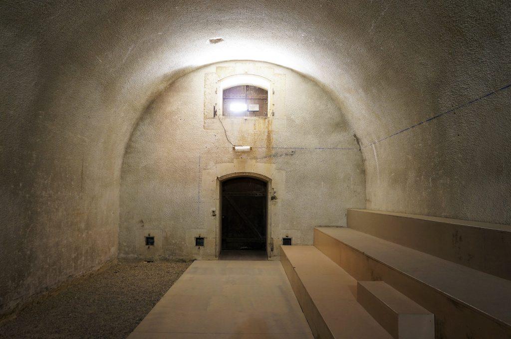La chambre de stockage. on observe dans le mur du fond la porte d'ouverture du vestibule menant à l'extérieur.