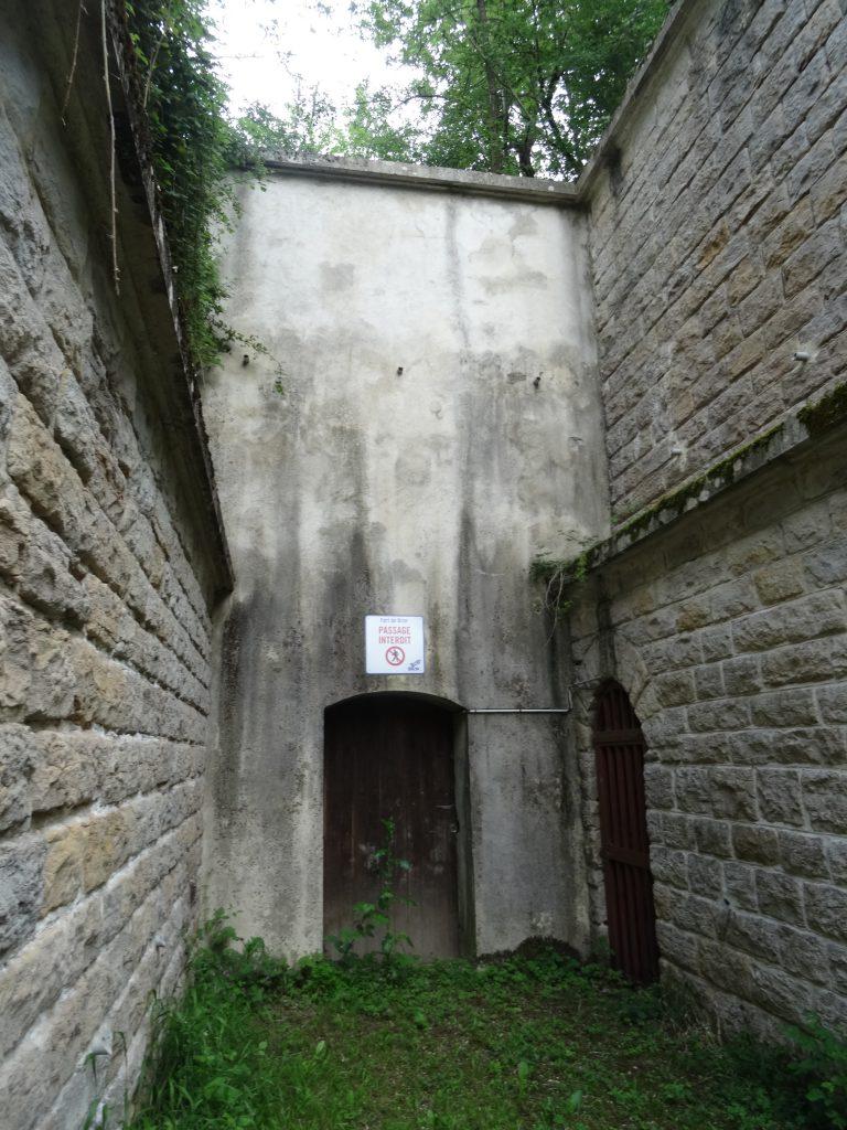Sortie du magasin à poudre montrant au fond la porte du vestibule et sur la droite la sortie de la galerie d'assainissement.