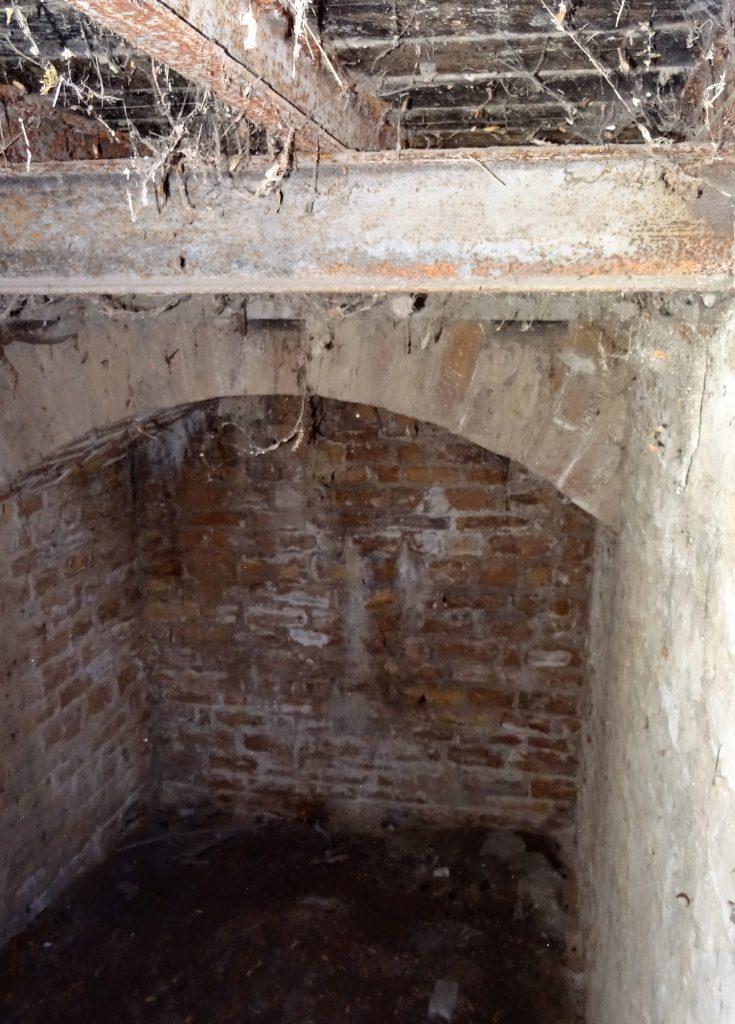 """La photo montre le dessous du pont glissant. Un Haha"""" est visible, c'est à dire une fosse entre le pont dormant et le vestibule d'entrée."""