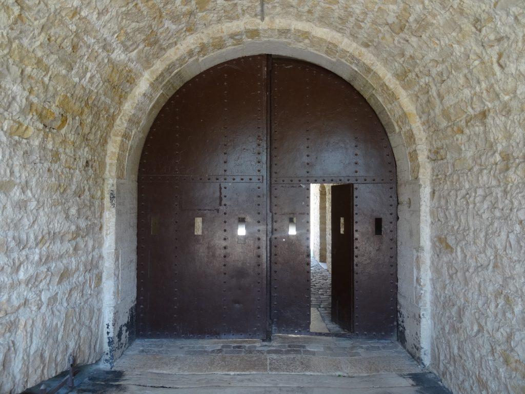 Porte blindée avec six créneaux de fusillade et un portillon ouvert (Fort de Bron)