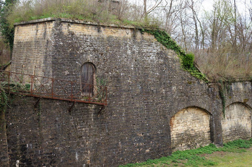 Le ravelin prend appui sur le mur de contrescarpe. Des meurtrières font face au chemin. Une passerelle en façade permet l'accès à la porte  d'entrée du ravelin. Au premier plan le fossé.