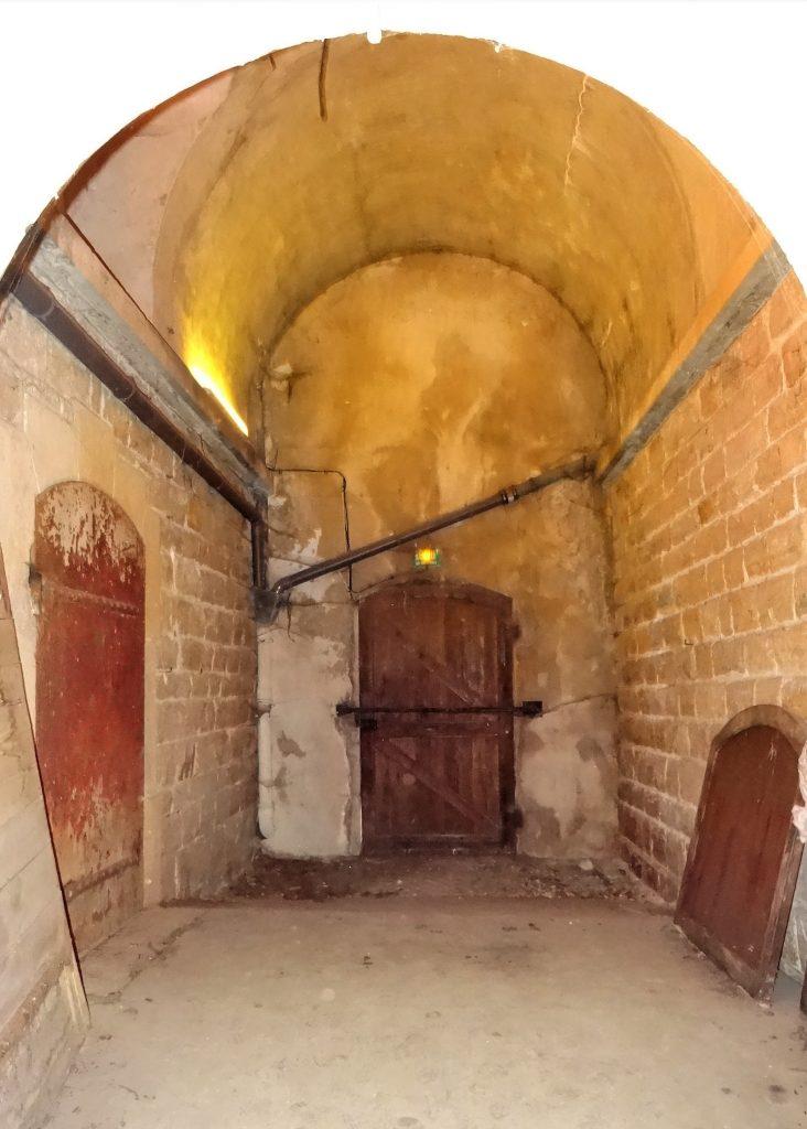 Le vestibule du magasin à poudre présente une porte qui s'ouvre sur l'extérieur et une porte blindée qui défend l'accès à la chambre de stockage.