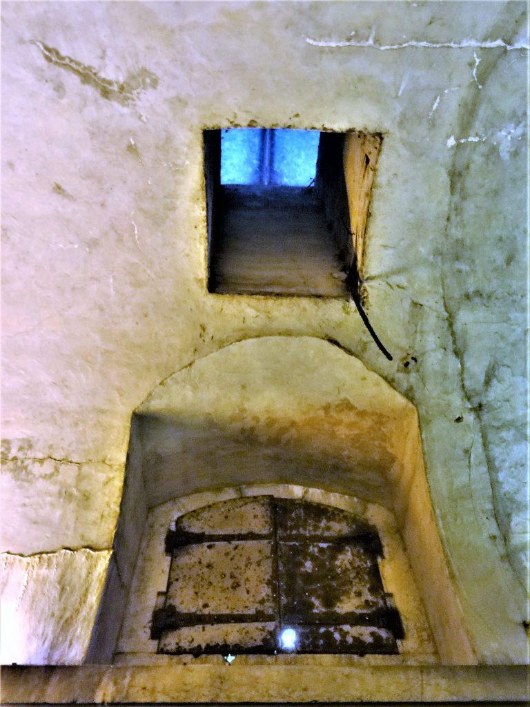 Photo du vestibule montrant le volet blindé de la chambre de stockage et la baie  de lumière et d'aérage au plafond