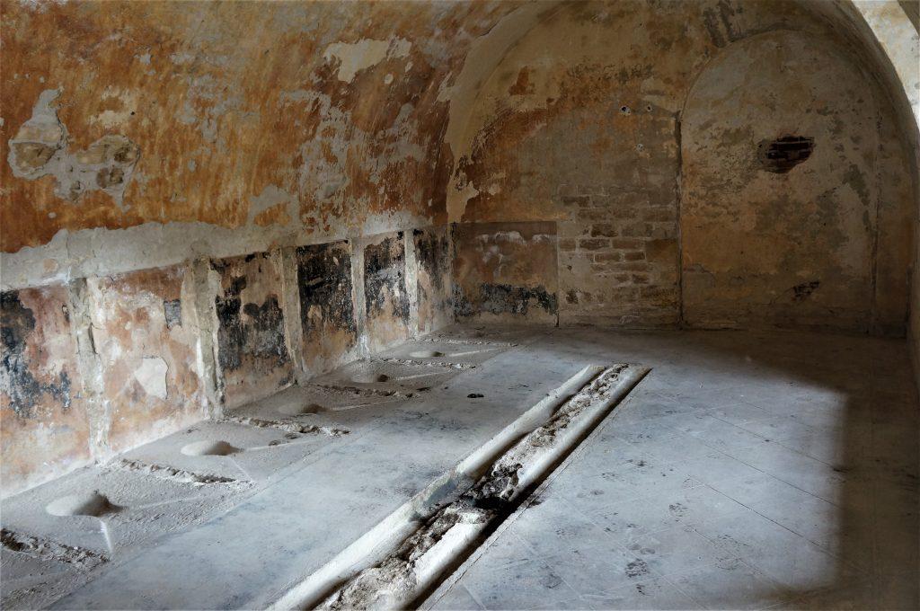 Les latrines du Fort et les sièges à la turque