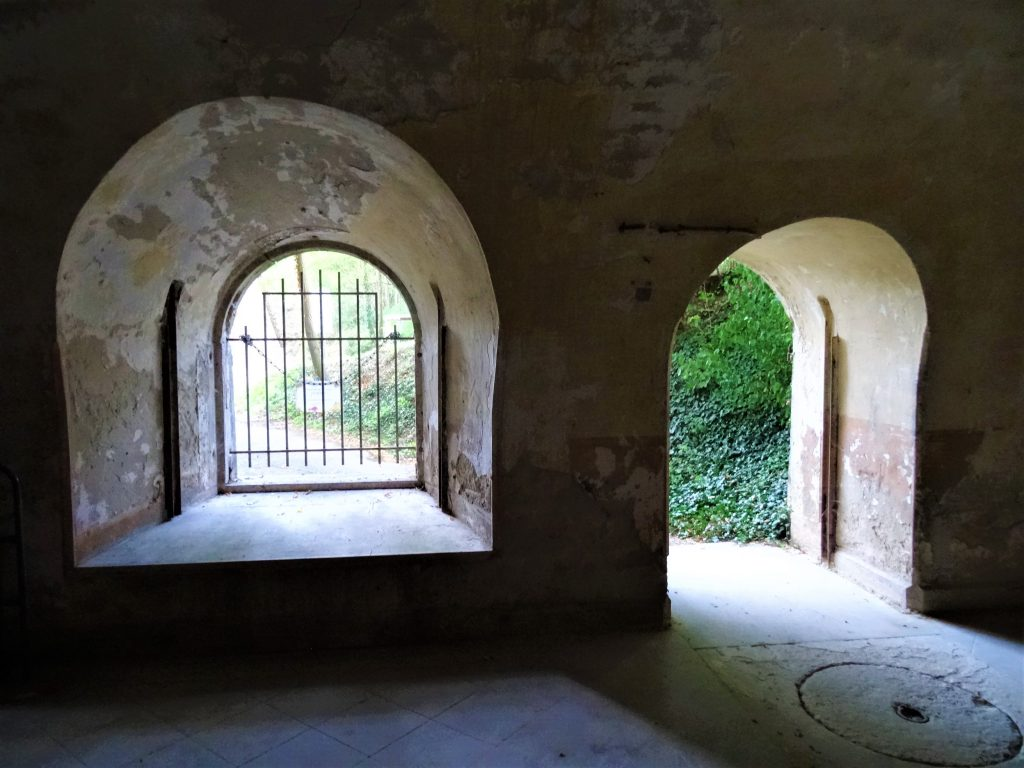 Les latrines du Fort de Bron vues de l'intérieur montrant les ouvertures vers la cour du cavalier.