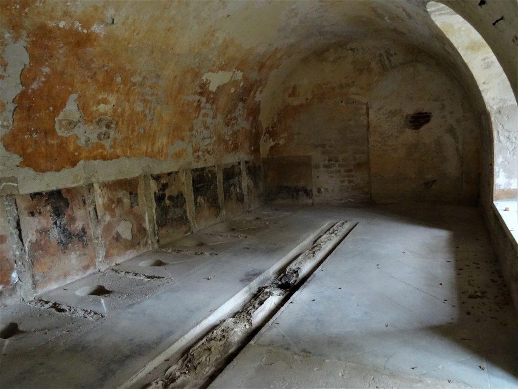 Latrines du Fort de Bron montrant les sièges à la turque.