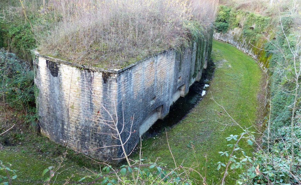 La caponnière du saillant vue du chemin extérieur  surplombant les fossés
