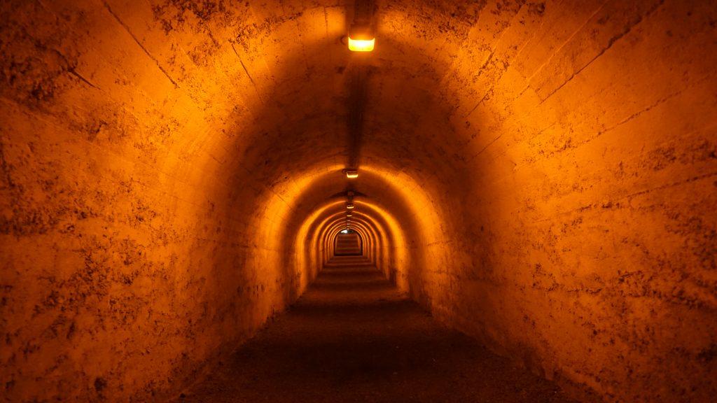 La descente à la caponnière double par une galerie souterraine