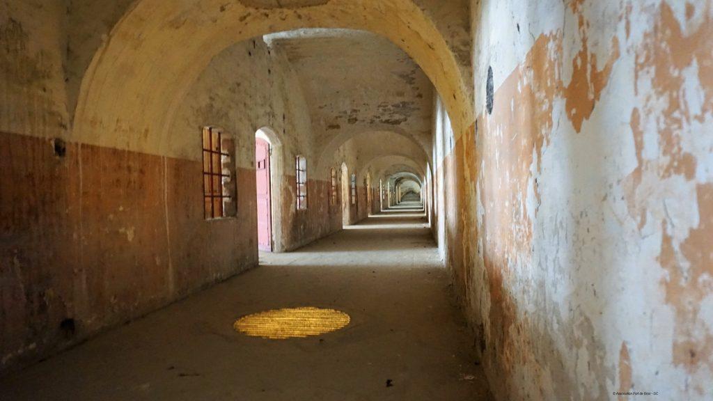 Le couloir des chambrées au Fort des Bron