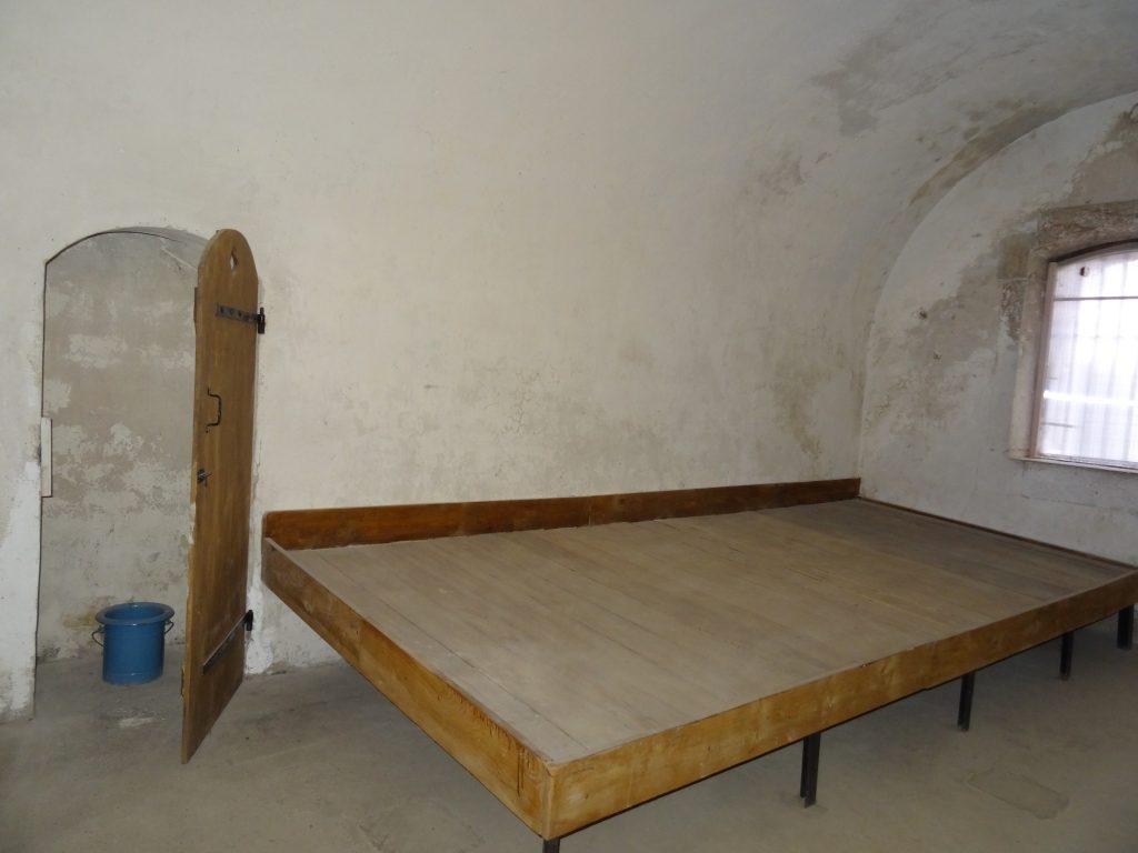 Le bas-flanc dans une des deux salles de police des locaux disciplinaires du Fort de Bron.