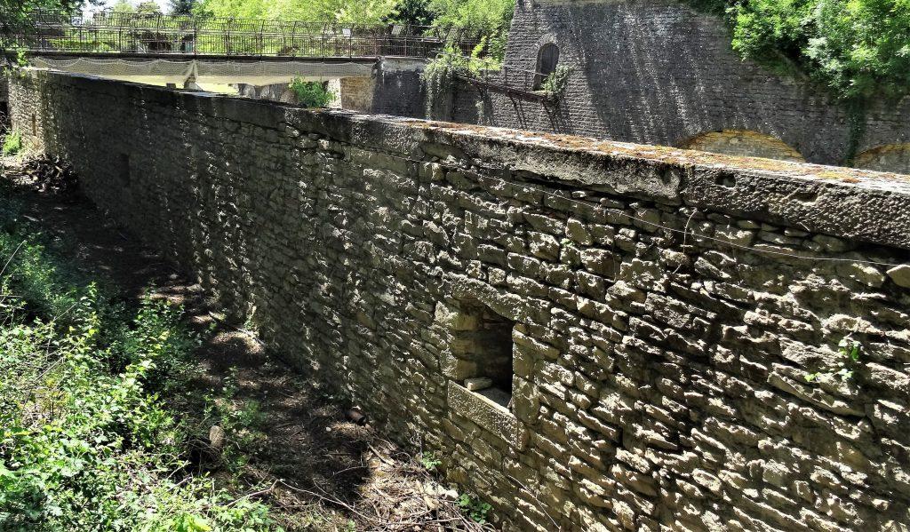 Chemin de ronde bordé par le mur d'escarpe percé par les meurtrières.