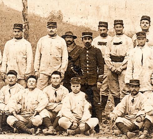 Extrait d'une carte postale ancienne de militaires au fort de Bron