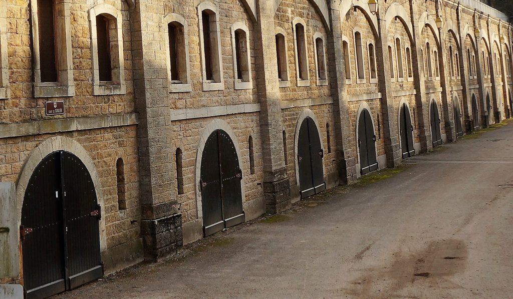 La façade du casernement du cavalier soulignée par les pilastres des piédroits limitant les différentes travées
