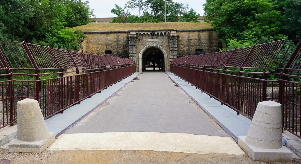 L'entrée du pont dormant du Fort de Bron et ses deux bornes chasse-roues.